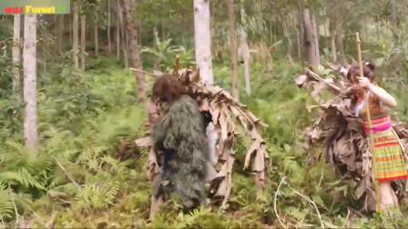 荒野少妇和森林人,一起荒野求生,森林人里寻找野味,填饱肚子……