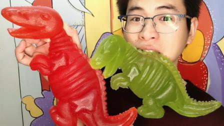 """眼镜哥吃趣味零食""""超大恐龙橡皮糖"""",红绿巨兽水果味,香甜Q弹"""