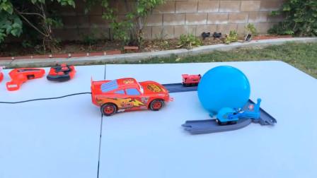 玩具汽车水上乐园挑战气球,它能完成任务吗?汽车玩具车故事大全
