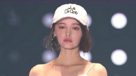日本模特走秀满脸不高兴,但摘下帽子的瞬间,网友:是心动的感觉