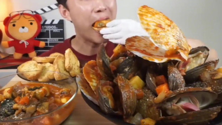 韩国小哥吃海鲜贝壳大餐,看的流口水了