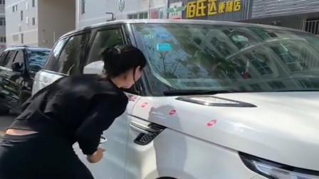 美女的车位被抢了,为了报复车主,口红都用上了!