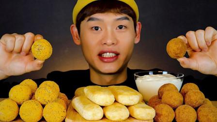 韩国小哥吃芝士球,和夹心年糕,蘸着奶油一口一个吃的太过瘾了!