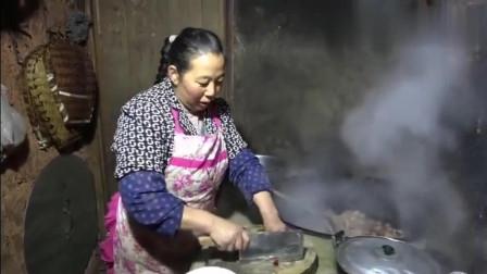 农村王四:嘉城的外公外婆来了,王四幺妈赶紧张罗了两大桌饭菜,邀大家聚餐