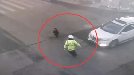 2岁男童车流中独自奔跑 民警飞奔一把抱回