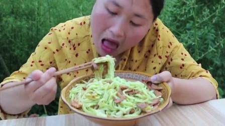 第一次见黄瓜还能这样做,胖妹大口往嘴里塞,看着就过瘾