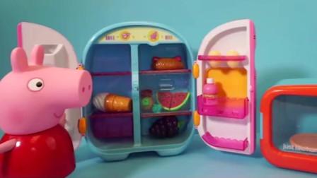 佩奇吃完饭需要吃点水果,她从冰箱里拿出了葡萄和香蕉,又香又甜