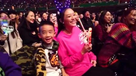 陈小春演唱会现场宣布应采儿怀二胎,Jasper激动地跳起来!好幸福
