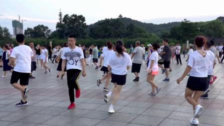 广场鬼步舞《妹妹不哭》娱乐又锻炼,舞步也简单,好学又好看