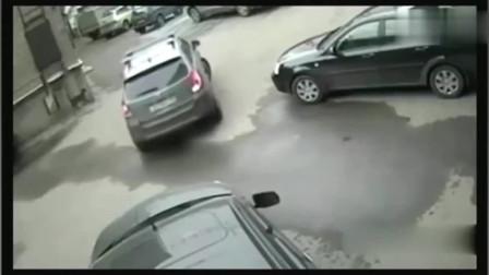 新手司机倒车这一画面 恰巧被监控拍下,这下证据全了!