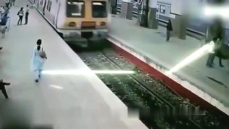 灵异事件:白衣女子刚走到火车站,监控就拍下可怕全过程!