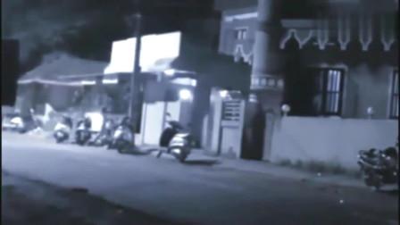 """灵异事件:监控拍下半夜""""女鬼""""游街,所有人都被吓跑了"""