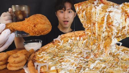 大号土豆披萨加炸鸡,小伙大口大口吃的真过瘾,把我都给看馋了