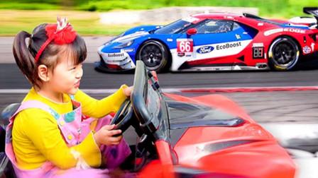 小女孩的玩具车子坏掉了,爸爸给她准备了一辆漂亮新车