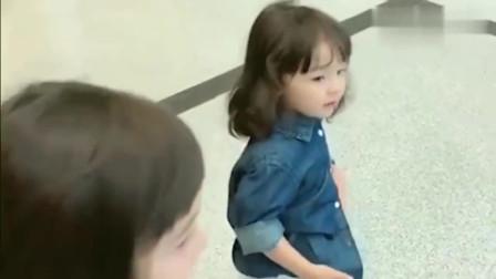 老外在中国:两个孙女去机场接外国姥姥,看到孙女的那一刻,姥姥的反应太暖了!