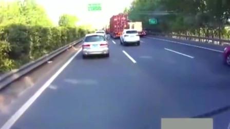 """女司机""""作死""""和大货车抢道,自个也不掂量掂量,自己有多大的能耐!"""
