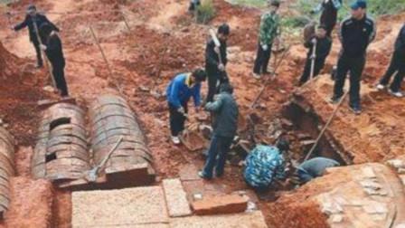 第一太监李莲英坟墓被撬开,被子下的画面,看来确实很心酸!