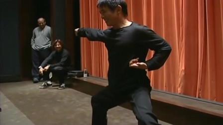 李连杰闯荡好莱坞时,在电影院表演真功夫,观众热烈欢迎