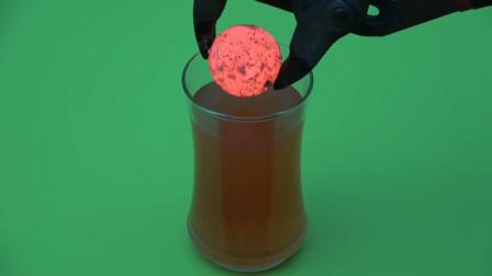 老外用金属球来检验蜂蜜,当蜂蜜遇到高温,会擦出怎样火花?