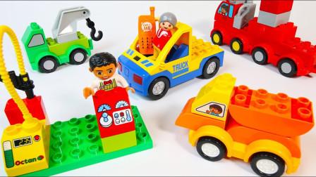 用彩色积木建造拖车和加油站玩具