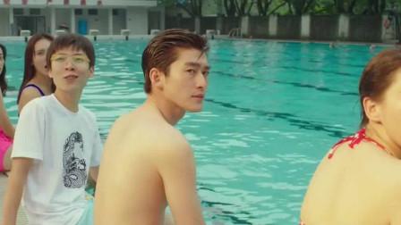美女泳池秀身材,跳进泳池,不料下秒泳衣坏了