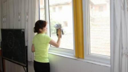 擦玻璃别用清水,保洁公司偷学一招,干净透亮不落灰,效果真实用