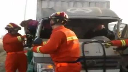 货车刹车失灵酿出车祸事故,被困收费站,消防人员紧急破拆救人