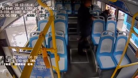 男子乘公交时不停抽搐 司机一旁细心护理