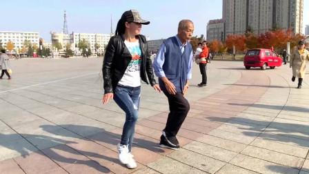 大爷和美女广场跳鬼步舞《中国美草原美》舞步动感灵活不输年轻人