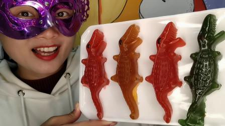 """小姐姐吃手工""""鳄鱼橡皮糖"""",肉实猛兽萌萌哒,酸甜Q弹大口嚼"""