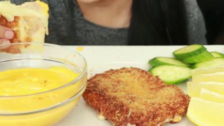 外国美女的油炸马苏里拉奶酪,满满芝士酱全是高热量