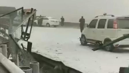 天津海河大桥多车相撞 小车被侧翻大货车压扁现场惨烈