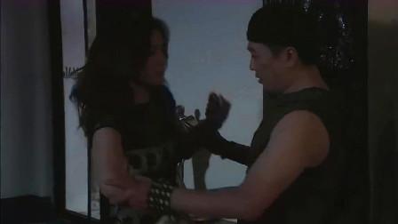 杜雨带杨桃回到摄影棚,不料屋里一片漆黑,杨桃直接撞进他的怀里
