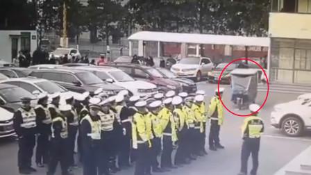 """大爷酒后驾三轮车冲进交警队晨会中 30名交警集体""""围观"""""""