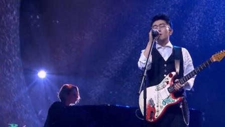 他曾在舞台上输给梁博,实力唱功却感染观众,如今身价过亿
