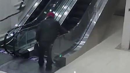 吓人!老人乘坐电扶梯不慎摔倒 被扶梯带着翻滚好几圈