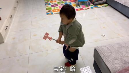 裤子脱一半找爸爸上厕所,不料爸爸正打游戏,宝宝彻底放飞自我了