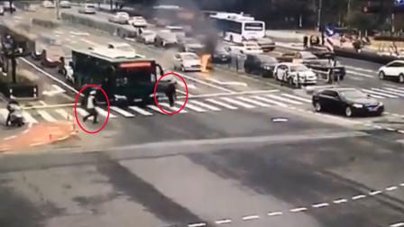 突发!小车路口自燃 公交司机与交警第一时间救援