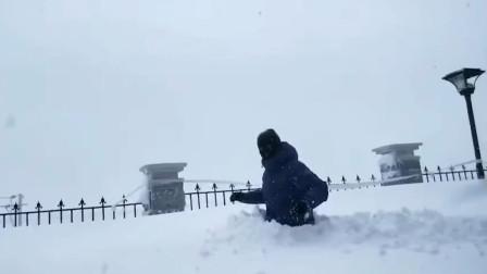 西藏积雪近腰深走路全靠挪 路人实力演绎我太难了