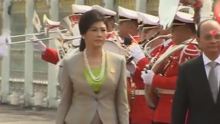 英拉脖子上罕见戴了一串珍珠,看起来更有气质,更具魅力