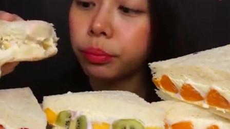 韩国美女吃播挑战吃水果蛋糕,这吃法是吃蛋糕还是吃奶油