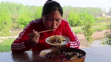 毛血旺这样吃才爽,满满红油看着就很有食欲,胖妹吃得满嘴流油