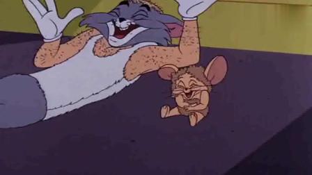 猫和老鼠:汤姆把杰瑞的毛也剪掉,它俩看着对方,忍不住的大笑