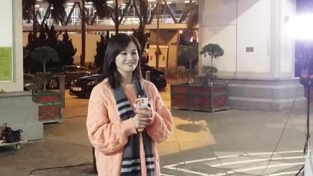 香港歌手芳芳翻唱《女人没有错》,又唱又扭不错哦!