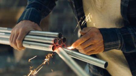 最憋屈的超级英雄电影,为了生活沦为苦力,每天帮雇主切钢管!
