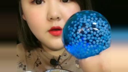 吃冰小姐姐吃彩色的冰球,一口一个,连吃带喝,我向往的生活!