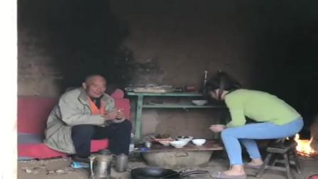 老公下班回来了,农村小媳妇正在为他准备晚餐,真是贤妻良母啊!