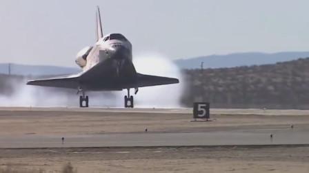 正在滑行返回大气层着陆的美国航天飞机轨道飞行器