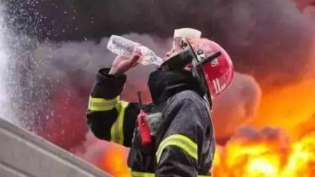 重庆万州:小伙路遇救命消防员 激动致谢  超级新闻场 20200119 超清版