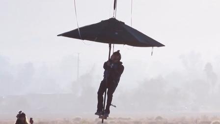 雨伞能有降落伞作用?国外小伙撑雨伞从高空跳下,伞悲剧了!
